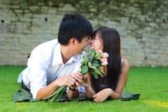 Coppie nell'amore che si trova sull'erba Fotografie Stock Libere da Diritti