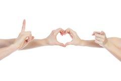 Coppie nell'amore che tiene un cuore di carta rosso in loro mani isolate su fondo bianco Immagine Stock