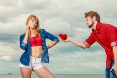 Coppie nell'amore con cuore rosso all'aperto Immagini Stock Libere da Diritti