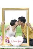 Coppie nell'amore con il blocco per grafici di rettangolo Immagine Stock