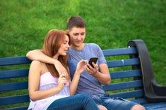 Coppie nell'amore con un telefono in sua mano fotografia stock