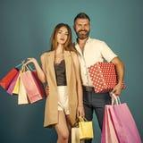 Coppie nell'amore l'acquisto e la vendita, coppie felici nell'amore tengono il sacchetto della spesa Immagini Stock Libere da Diritti