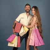 Coppie nell'amore l'acquisto e la vendita, coppie felici nell'amore tengono il sacchetto della spesa Fotografia Stock Libera da Diritti