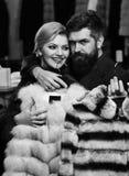 Coppie nell'amore Modo ed acquisto La coppia nell'amore prova i soprabiti costosi del nero Fotografia Stock Libera da Diritti