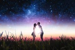 Coppie nell'amore nel campo Immagini Stock