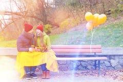 Coppie nell'amore in parco in autunno Fotografia Stock