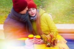 Coppie nell'amore in parco in autunno Immagini Stock Libere da Diritti