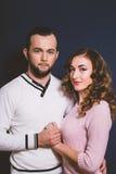 Coppie nell'amore in studio su un fondo scuro Fotografie Stock