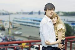 Coppie nell'amore sul ponticello Fotografie Stock Libere da Diritti