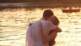 Coppie nell'amore sulla spiaggia stock footage