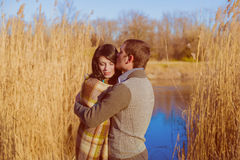Coppie nell'amore vicino al fiume in primavera Fotografie Stock Libere da Diritti