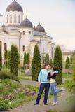 Coppie nell'iarda del monastero Immagine Stock