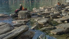 Coppie nell'intimità sulla riva del mare di 5 terre, Liguria, Italia immagini stock libere da diritti