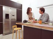 Coppie nella cucina aa fotografia stock libera da diritti