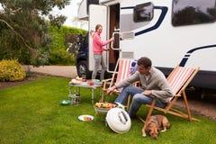 Coppie nella festa di Van Enjoying Barbeque On Camping fotografie stock libere da diritti