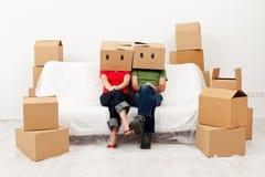 Coppie nella loro nuova casa con le scatole di cartone fotografia stock libera da diritti