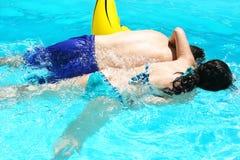 Coppie nella piscina Immagine Stock