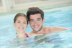 Coppie nella piscina Fotografie Stock