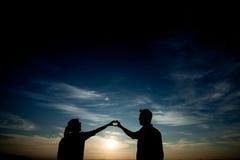 Coppie nella siluetta di amore Fotografie Stock
