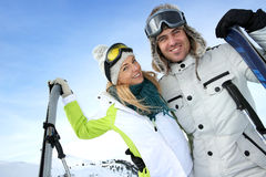 Coppie nella vacanza di inverno dello sci Fotografie Stock Libere da Diritti
