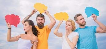 Coppie nelle relazioni di amore Rapporti romantici Differenza fra gli uomini e le donne Pensieri del sesso differente barbuto immagine stock libera da diritti