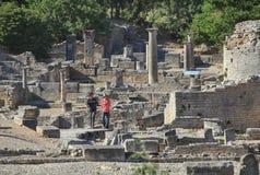 Coppie nelle rovine di Glanum Fotografia Stock Libera da Diritti