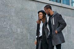 Coppie nere attive all'aperto Relazioni felici fotografia stock
