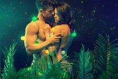 Coppie nude che abbracciano nella foresta tropicale immagini stock