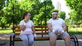 Coppie obese che discutono dieta, nutrizione sana, interesse comune nella perdita di peso immagini stock libere da diritti