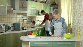 Coppie occupate nella cucina archivi video