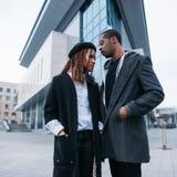 Coppie pedonali alla moda Gioventù afroamericana immagine stock