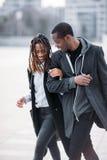 Coppie pedonali felici Afroamericano allegro immagini stock