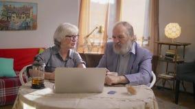 Coppie pensionate che fanno spesa online a casa stock footage