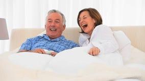 Coppie pensionate che guardano TV video d archivio