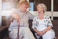 Coppie pensionate felici che hanno una rottura fotografia stock