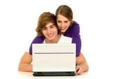 Coppie per mezzo del computer portatile Fotografia Stock