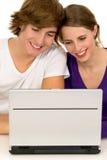 Coppie per mezzo del computer portatile Fotografia Stock Libera da Diritti