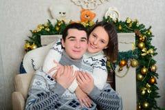 Coppie piacevoli di amore che si siedono sul tappeto davanti al camino Fotografie Stock Libere da Diritti