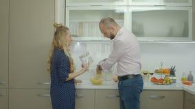 Coppie positive che godono del fine settimana in cucina video d archivio