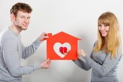 Coppie positive con la casa del cuore Immagini Stock