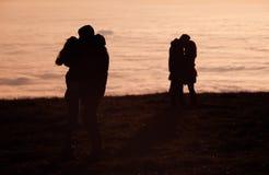 Coppie profilate che baciano sopra la nebbia di inversione Immagine Stock Libera da Diritti