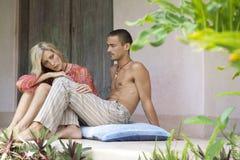Coppie Relaxin in villa Fotografie Stock Libere da Diritti