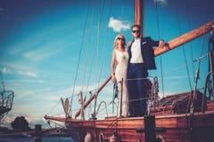 Coppie ricche alla moda su un yacht di lusso Fotografia Stock Libera da Diritti