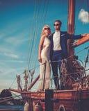 Coppie ricche alla moda su un yacht di lusso immagini stock libere da diritti