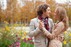 Coppie romantiche alla caduta, avendo una data Fotografia Stock Libera da Diritti