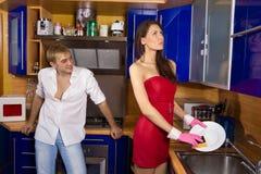 Coppie romantiche alla cucina Immagine Stock
