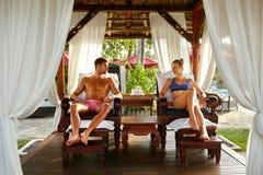 Coppie romantiche alla località di soggiorno di stazione termale che si rilassa sulla vacanza rapporto Immagini Stock Libere da Diritti