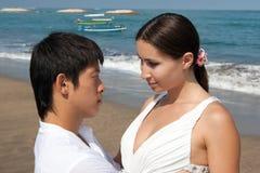 Coppie romantiche alla spiaggia Fotografia Stock Libera da Diritti