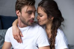 Coppie romantiche che abbracciano sul letto fotografia stock libera da diritti