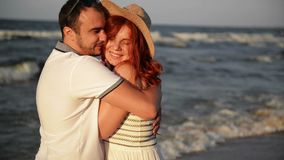Coppie romantiche che baciano e che abbracciano sulla spiaggia durante il tramonto Colori pieni di sole morbidi See ? nei precede stock footage